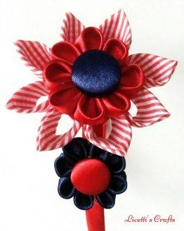 Flores kanzashi en rallas rojo y azul marino