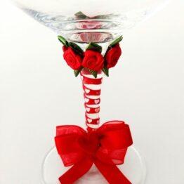 Detalle copa decorada hecha a mano lazo rojo