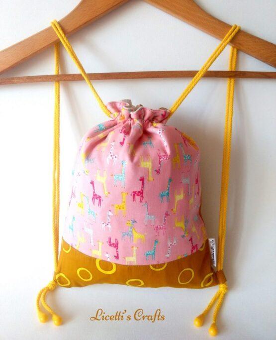 mochila cuerdas hecha a mano jirafas multicolor fondo rosa
