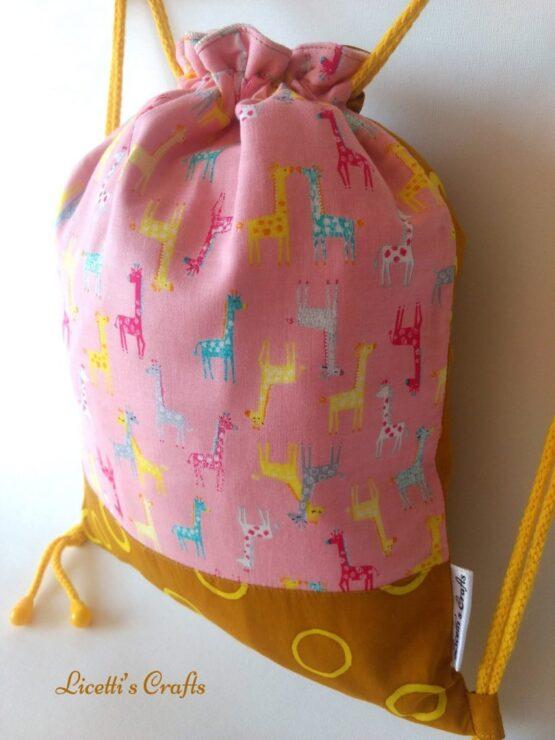detalle mochila hecha a mano jirafa bebé