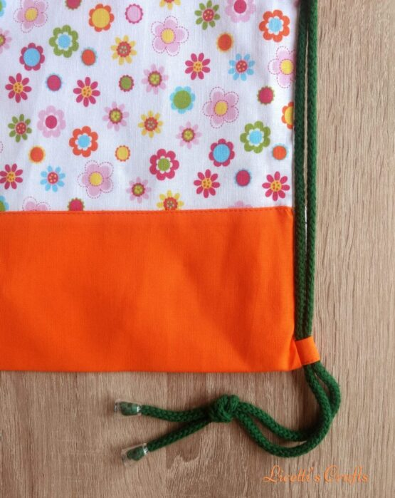 Detalle mochila cuerdas flores naranja