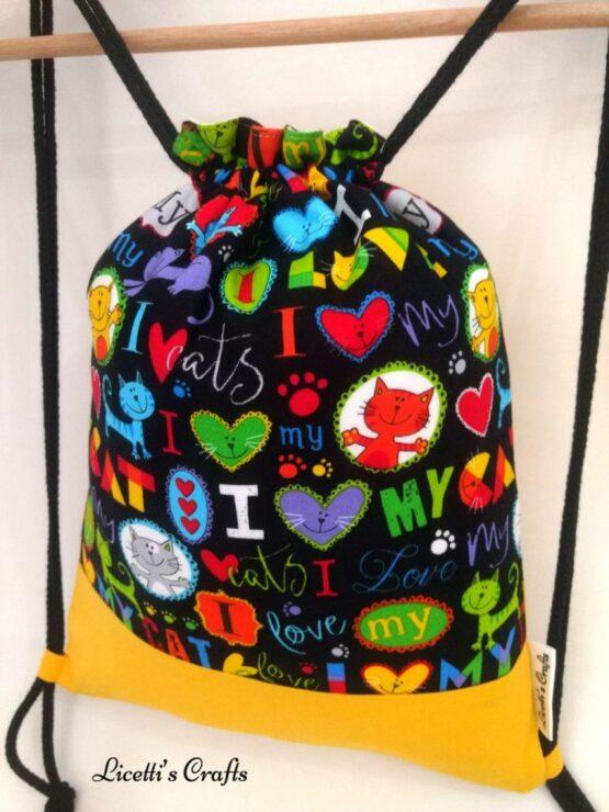 Detalle mochila cuerdas corazones gato