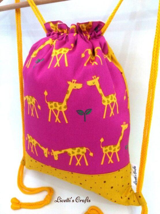 Detalle mochila hecha a mano pareja jirafas en rosa
