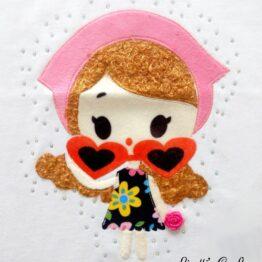muñeca con gafas en relieve hecho a mano con pelo para camiseta